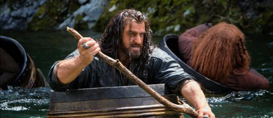 The Hobbit - Smaugs Einöde mit Richard-Armitage als Thorin Eichenschild im Fass - © 2014 Warner Bros. Ent. TM Saul Zaentz Co.