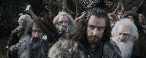 The Hobbit - Smaugs Einöde mit Richard-Armitage als Thorin Eichenschild im Fass mit den Zwergen - © 2014 Warner Bros. Ent. TM Saul Zaentz Co.