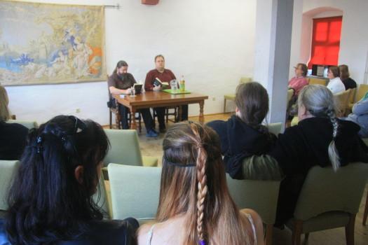 Viele interessierte Zuh+Ârer bei den Lesungen aus dem Buch -Der Hobbit - Gelesen wurde von Jens G+Âtz und Volkmar Kuhnle bei den Hobbittagen der Veste Otzberg