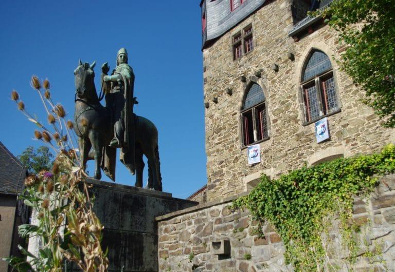 Reiterstandbild Engelberts II von Berg vor Schloss Burg (Foto: Christiane Steinwascher)