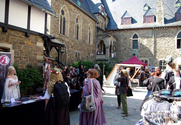 Cosplay- und Markstände auf dem Burghof (Foto: Christiane Steinwascher)