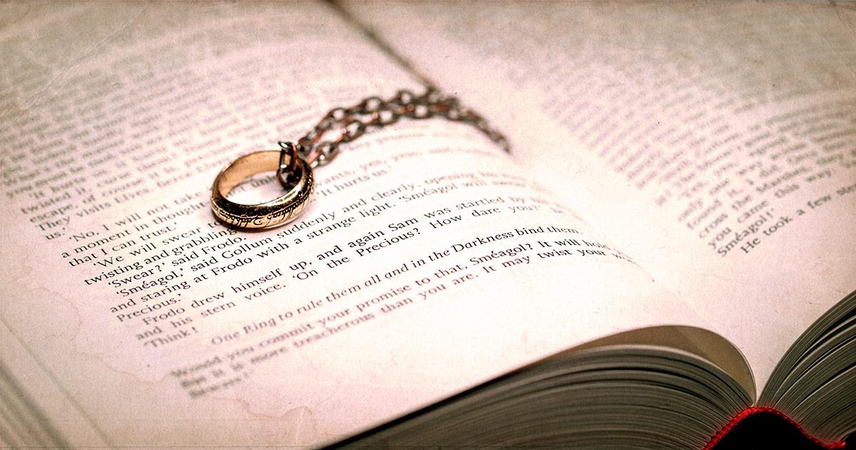 Der Eine Ring auf dem Buch